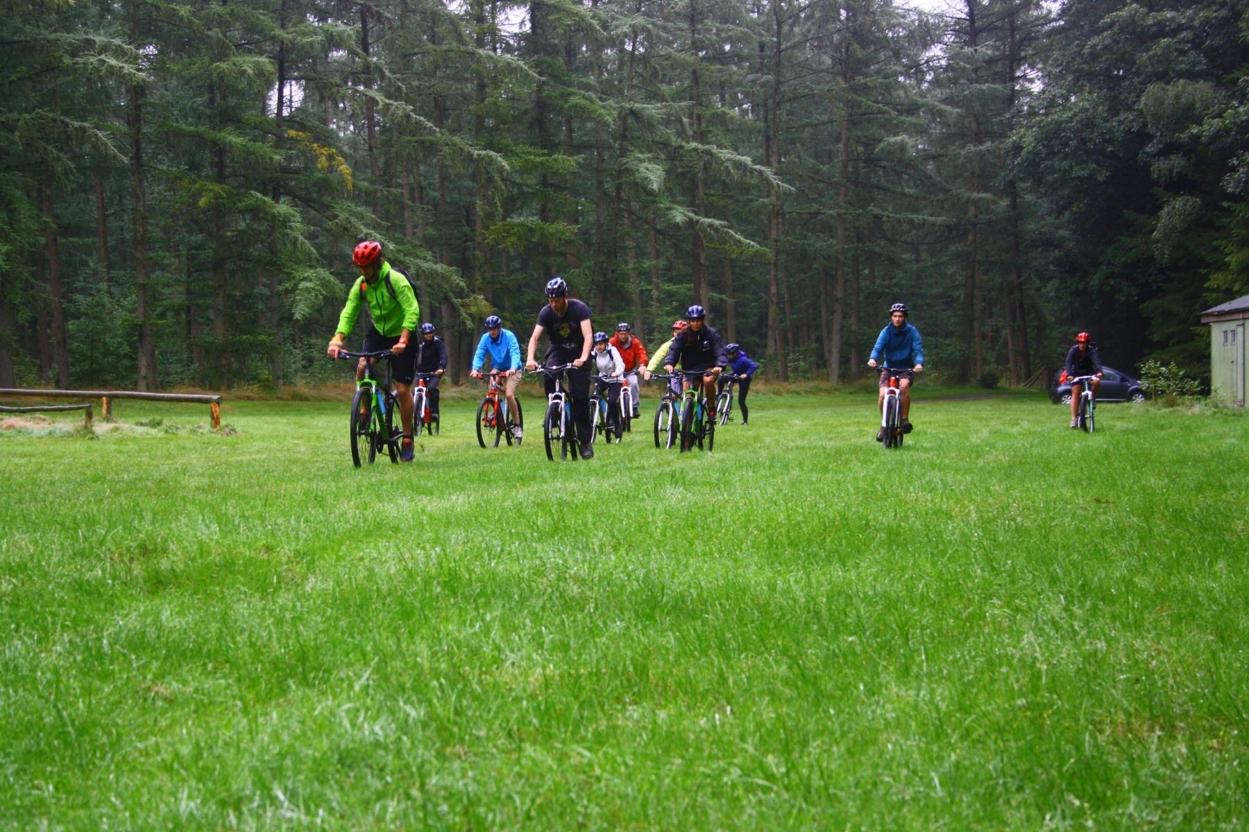 mountainbike-fietsen-groep-min-scaled