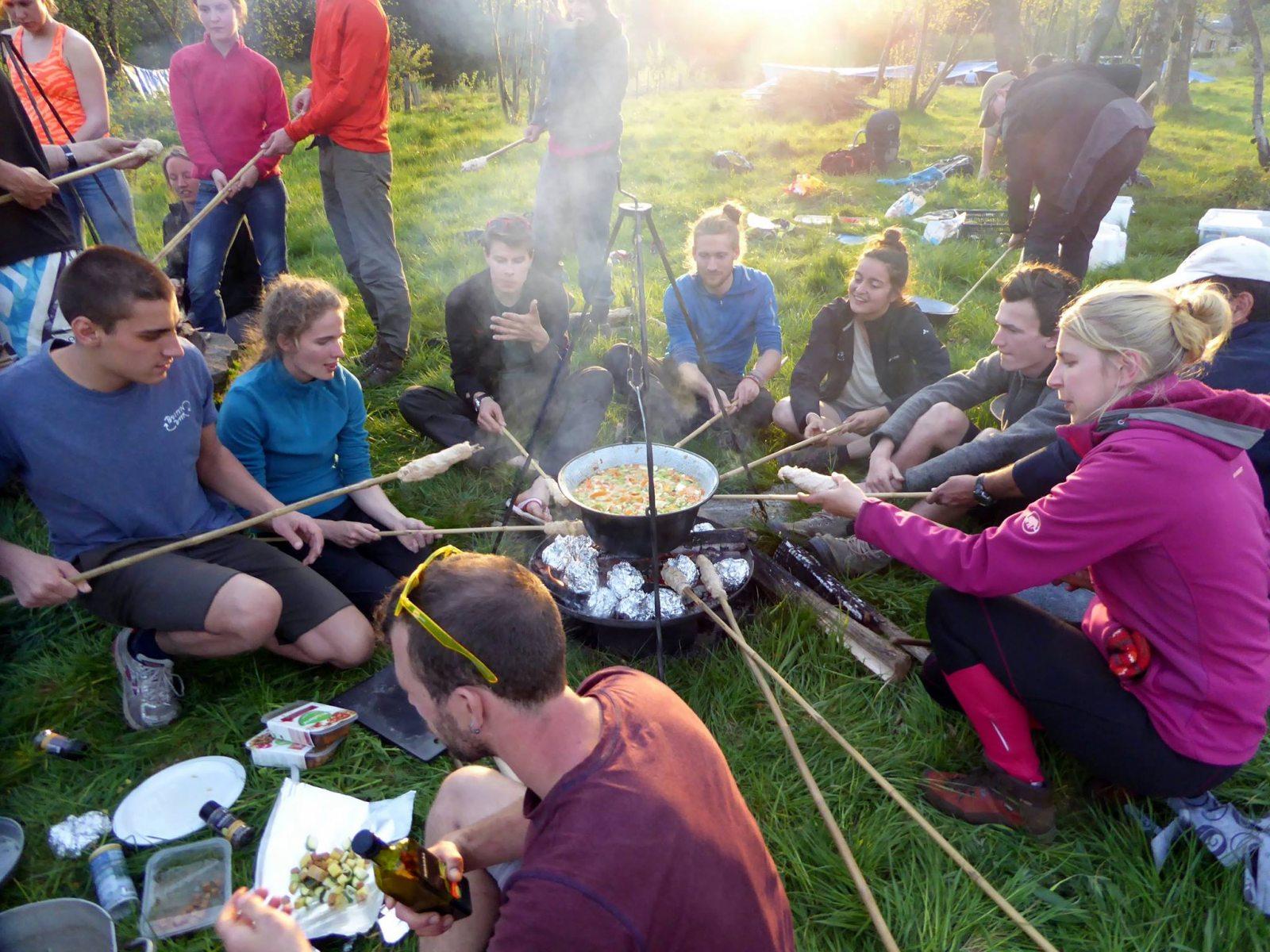 outdoor-koken-brood-gezellig-bogracs-heksenketel-min