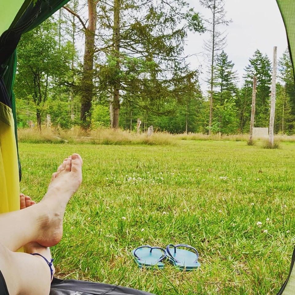 kamp-buitendoor-camping-voeten-tentjes
